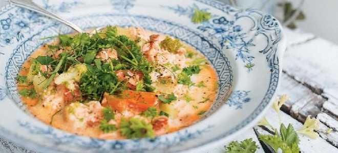 Сливочный суп с красной рыбой и морепродуктами