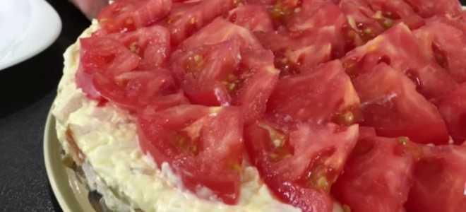 Слоеный салат с копченой курицей грибами и помидорами