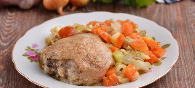 Куриные бедра с овощами в горшочках