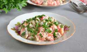 Салат с грибами, помидором и сыром